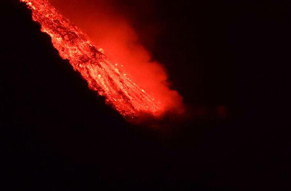 Láva sopky Cumbre Vjela na ostrově La Palma teče do moře. - Sputnik Česká republika