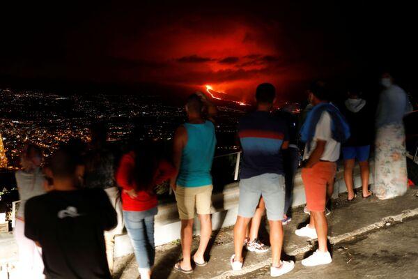 Obyvatelé ostrova La Palma pozorují erupci sopky Cumbre Vjela. - Sputnik Česká republika