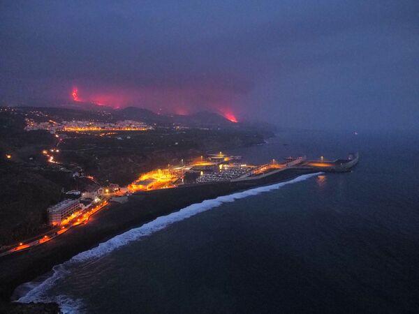 Stoupající kouř při erupci sopky na ostrově La Palma. - Sputnik Česká republika