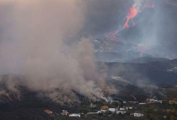 Stoupající kouř během erupce sopky Cumbre Vjela. - Sputnik Česká republika