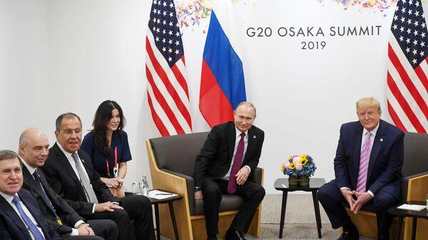 Президент РФ Владимир Путин и президент США Дональд Трамп во время встречи на полях саммита Группы двадцати в Осаке - Sputnik Česká republika