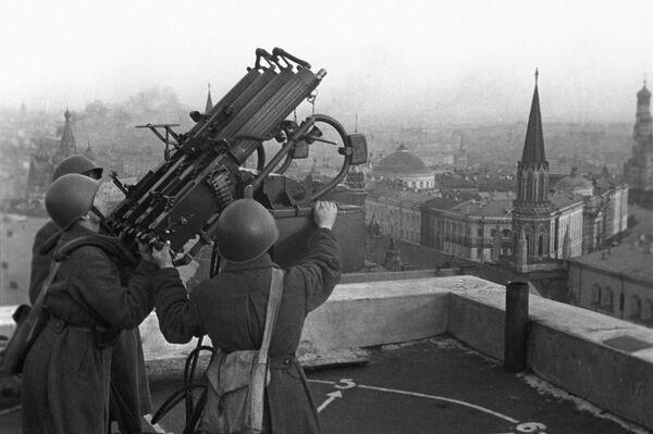 Protiletadlová zbraň na střeše hotelu Moskva. - Sputnik Česká republika
