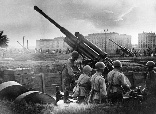 Obrana Moskvy v roce 1941. Protiletadlové zbraně u Centrálního parku kultury a oddychu Gorkého. - Sputnik Česká republika