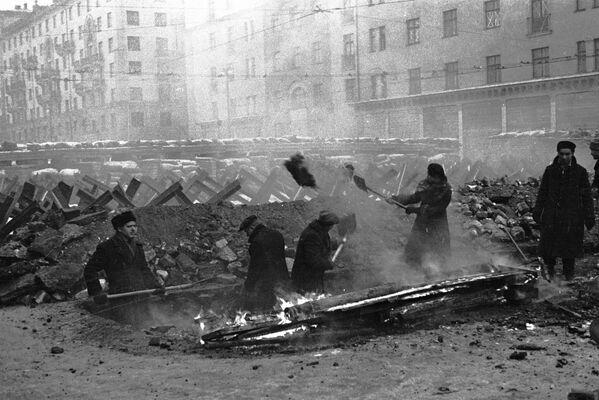 Obyvatelé Moskvy staví protitankové hradby. - Sputnik Česká republika