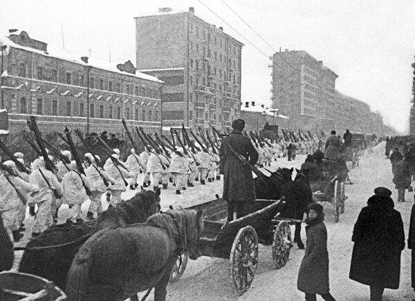 Vojáci Rudé armády po ukončení vojenské přehlídky 7. listopadu 1941 na počest 24. výročí Říjnové revoluce. - Sputnik Česká republika