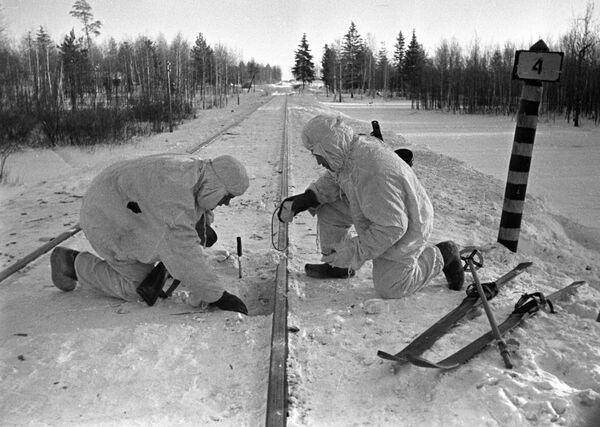 Pokládání min na železnici poblíž Moskvy. - Sputnik Česká republika
