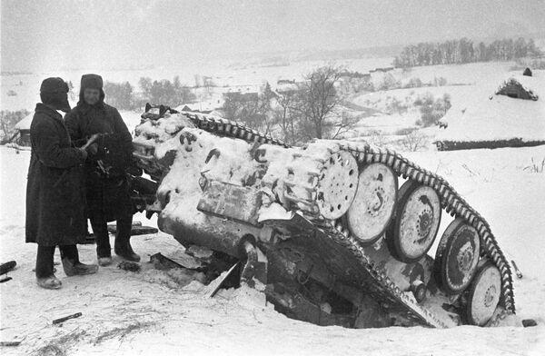 Rudoarmějci u zasaženého německého tanku. - Sputnik Česká republika