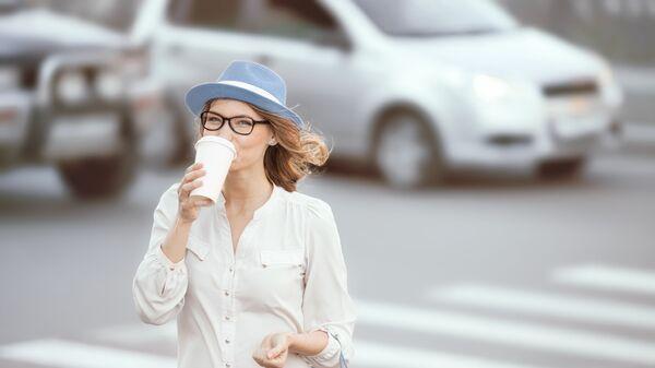Dívka pije kávu. Illustrační foto - Sputnik Česká republika