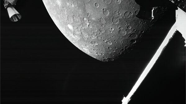 Космический зонд BepiColombo передал свое первое изображение поверхности Меркурия - Sputnik Česká republika