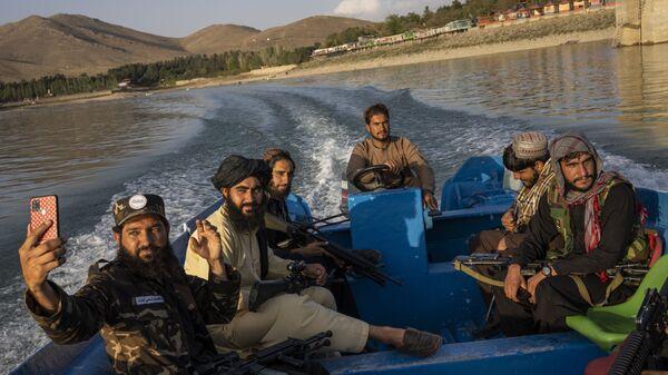 Bojovníci Talibanu si užívají výlet lodí po přehradě Karga v Afghánistánu - Sputnik Česká republika