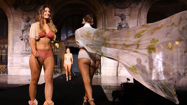 Модели на модном шоу Etam Live Show 2021 в рамках Недели моды в Париже - Sputnik Česká republika