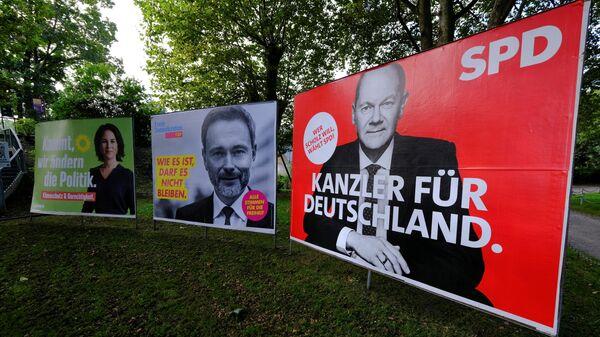 Предвыборные плакаты с изображением кандидатов на пост канцлера Олафа Шольца, Кристиана Линднера и Анналены Бербок в Бад-Хоннеф, Германия - Sputnik Česká republika