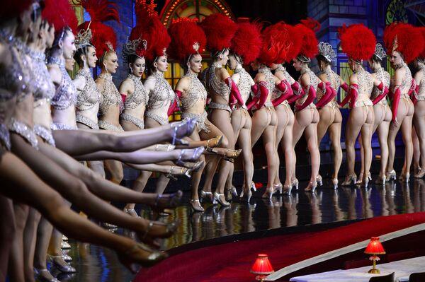 Tanečníci Moulin Rouge vystupují dne 7. listopadu 2014 s cílem překonat rekord v nejvíce po sobě jdoucích kopech za 30 sekund pod dohledem poroty Guinnessovy knihy rekordů v kabaretu v Paříži - Sputnik Česká republika