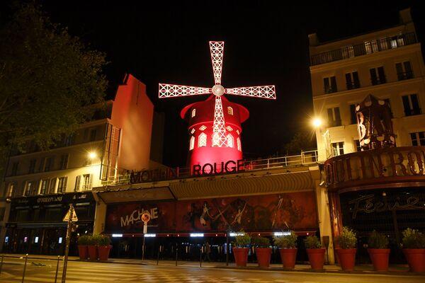 Fotografie pořízená dne 15. dubna 2020 ukazuje opuštěný bulvár před francouzským kabaretem Moulin rouge v Paříži během lockdownu - Sputnik Česká republika