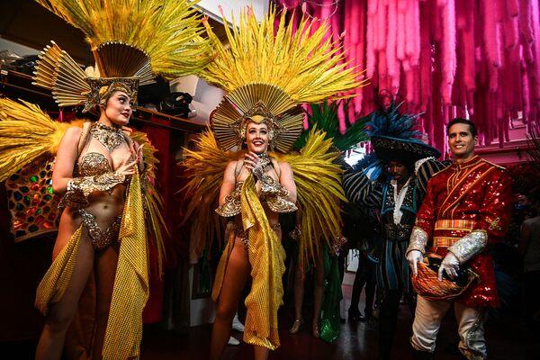 Tanečníci čekají na své vystoupení na zkoušce kostýmů v pařížském Moulin Rouge dne 8. září 2021, dva dny před otevřením kabaretu po 18měsíčním uzavření kvůli pandemii covidu-19 - Sputnik Česká republika