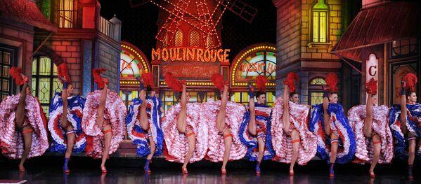 Tanečnice Moulin Rouge se snaží překonat rekord v nejvíce po sobě jdoucích synchronizovaných úderech nohou za 1 minutu před porotou Guinnessovy knihy rekordů - Sputnik Česká republika