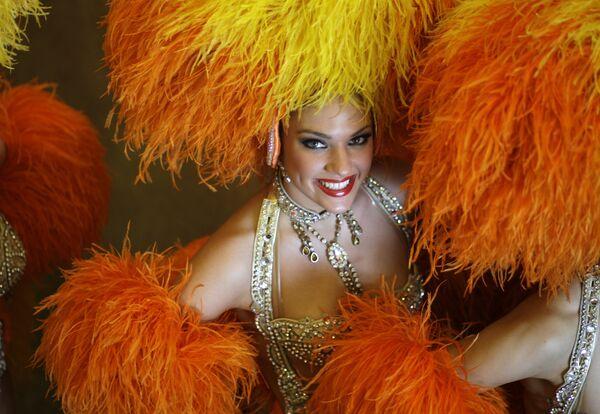 Tanečník francouzského Moulin Rouge pózuje fotografovi po tiskové konferenci v Riu de Janeiru - Sputnik Česká republika