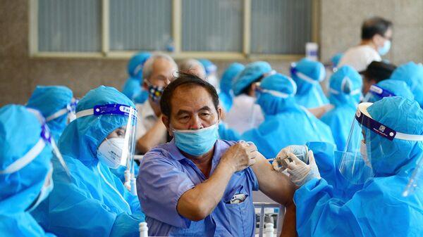 Očkování proti koronaviru vakcínou AstraZeneca v Hanoji ve Vietnamu - Sputnik Česká republika