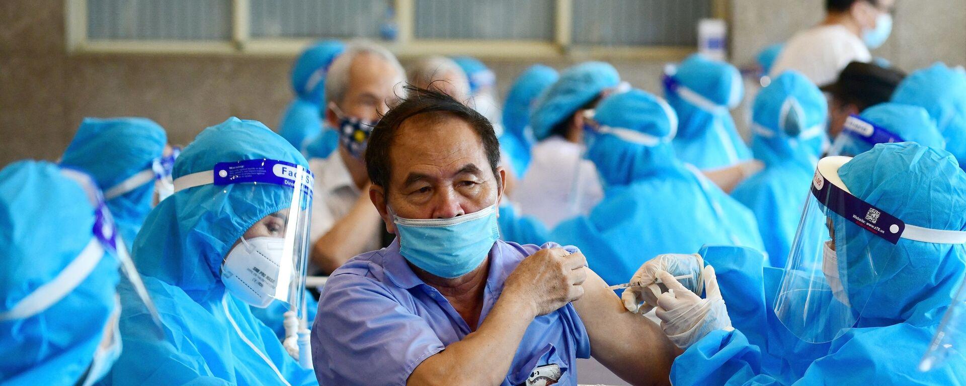 Očkování proti koronaviru vakcínou AstraZeneca v Hanoji ve Vietnamu - Sputnik Česká republika, 1920, 08.10.2021