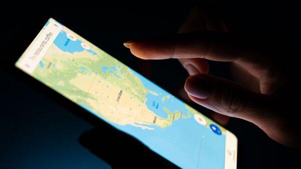 Карта США в приложении Google Maps, открытом на экране смартфона - Sputnik Česká republika
