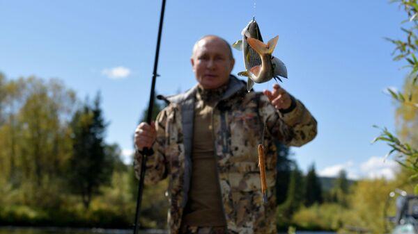 Президент РФ Владимир Путин во время рыбалки в тайге - Sputnik Česká republika