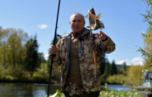 Září 2021. Ruský prezident Vladimir Putin při rybaření v tajze - Sputnik Česká republika
