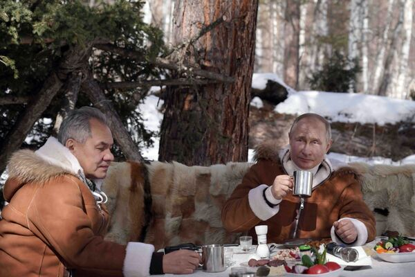 21. března 2021. Ruský prezident Vladimir Putin a ruský ministr obrany Sergej Šojgu (vlevo) odpočívají v tajze - Sputnik Česká republika