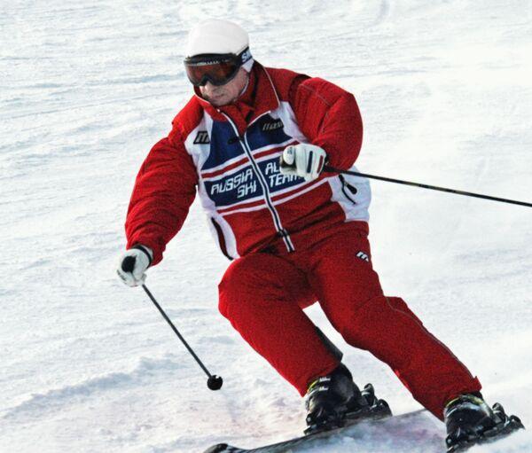 Ruský prezident Vladimir Putin sjíždí na lyžích z hory během dovolené v lyžařském středisku Abzakovo nedaleko Magnitogorsku na Uralu - Sputnik Česká republika