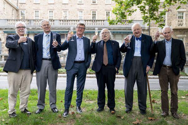 Nositelé Nobelovy ceny roku 2021 z Princetonské univerzity, zleva: Eric Francis Wieschaus (biologie), Joseph Hooton Taylor Jr. (astrofyzika), David W.C. MacMillan (chemie), Duncan Haldane (fyzika), Angus Deaton a Christopher Sims (ekonomie) - Sputnik Česká republika