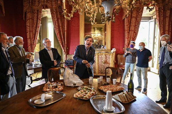 Italský fyzik Giorgio Parisi, obklopený kolegy, odkrývá láhev sektu  šumivého vína na počest získání Nobelovy ceny, Itálie - Sputnik Česká republika
