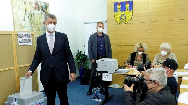 Премьер-министр Чехии и лидер партии ANO Андрей Бабиш голосует на парламентских выборах в Ловосице, Чехия - Sputnik Česká republika