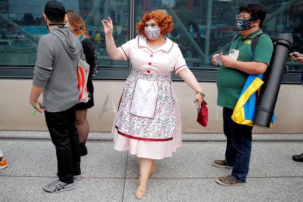 Žena v kostýmu a roušce čeká s ostatními v řadě na Comic Con. - Sputnik Česká republika