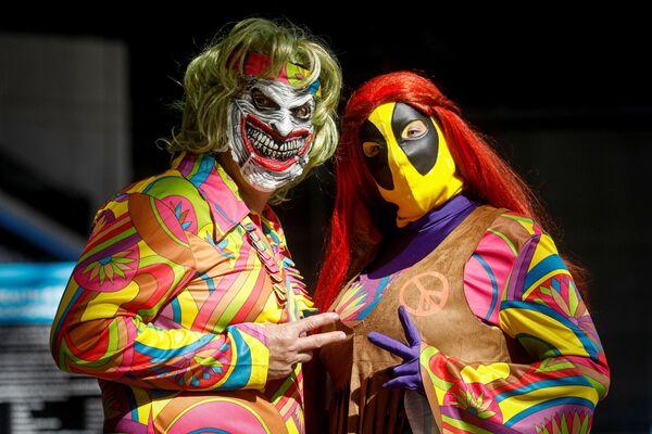 Pár v barevných kostýmech pózuje před fotografem na festivalu Comic Con v New Yorku, 7. října 2021. - Sputnik Česká republika