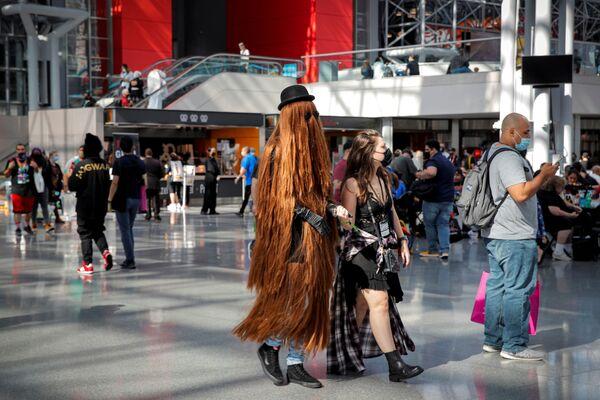 Lidé se promenádují v kostýmech na festivalu Comic Con v New Yorku. - Sputnik Česká republika