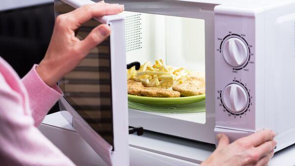 Женские руки открывают микроволновую печь - Sputnik Česká republika