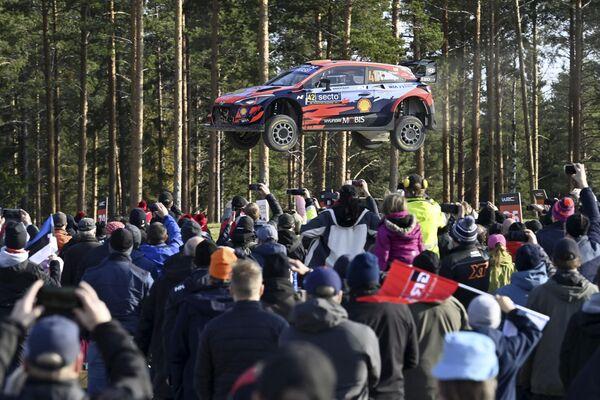 Diváci sledují jak Hyundai irského jezdce Craiga Breena a jeho spolujezdce Paula Nagleho letí ve vzduchu během WRC Rally Finland ve Finsku, 3. října 2021. - Sputnik Česká republika