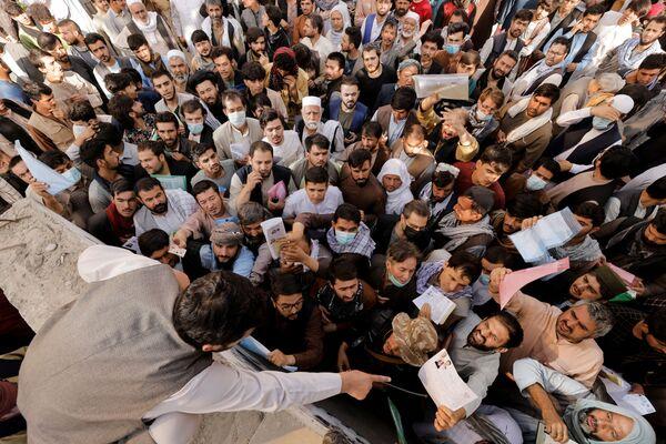 Afghánci se shromáždili před úřadem pro výdej pasů poté, co Tálibán (organizace zakázaná na území RF) oznámil, že znovu začnou vydávat pasy svým občanům. Kábul, 6. října. - Sputnik Česká republika