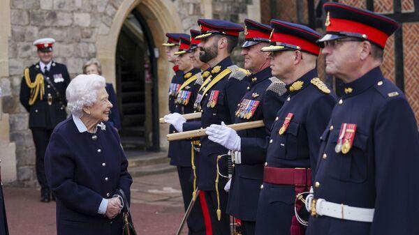 Britská královna Alžběta II. se setká se členy královského kanadského dělostřeleckého pluku na zámku Windsor - Sputnik Česká republika