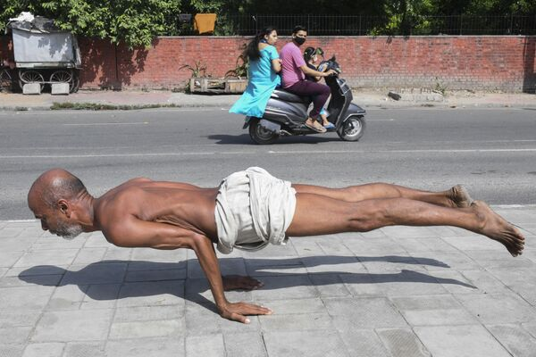 Muž během cvičení jógy v Amritsaru, 6. října 2021. - Sputnik Česká republika