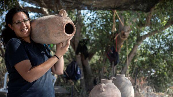 Одна из руководителей раскопок 1500-летней византийской винодельни в израильском городе Явне - Sputnik Česká republika