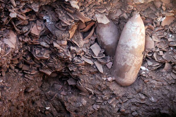 Kromě toho během vykopávek objevili ještě starší vinné lisy, které byly postaveny před 2300 lety. To svědčí o přetrvávající vinařské tradici. - Sputnik Česká republika