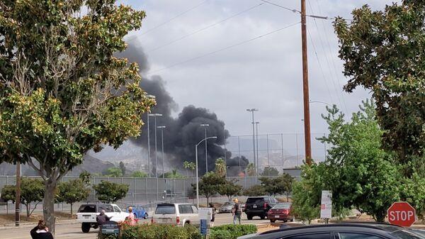 Дым в результате падения самолета в Калифорнии  - Sputnik Česká republika