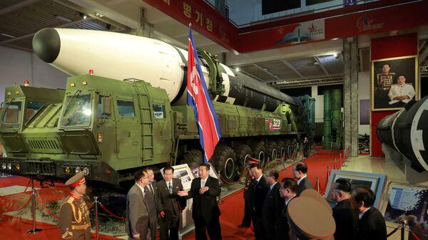 Лидер КНДР Ким Чен Ын на выставке оборонной промышленности в Пхеньяне  - Sputnik Česká republika