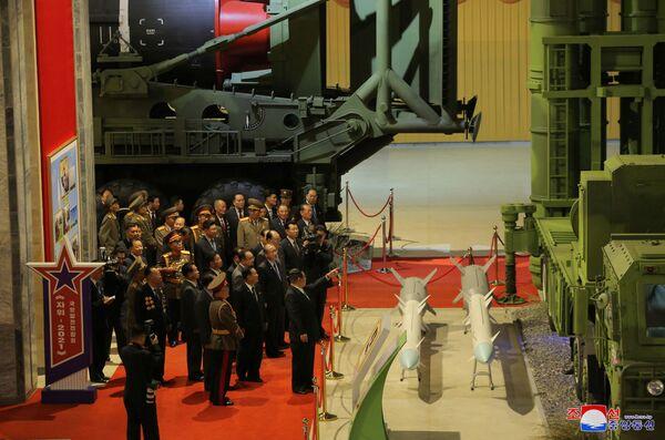 Severokorejský vůdce během prohlídky zbraní a vojenských vozidel. - Sputnik Česká republika