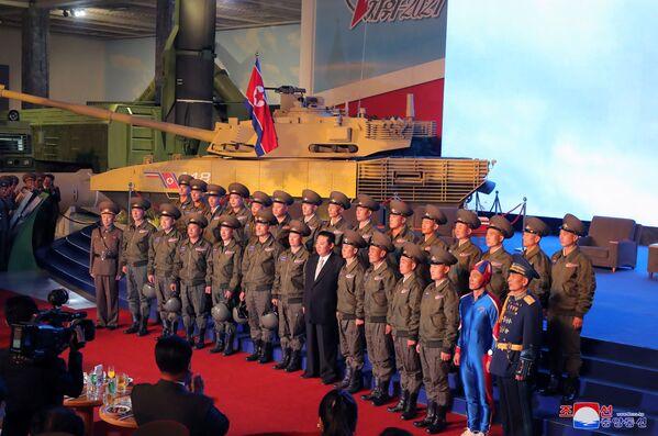 Severokorejský vůdce Kim Čong-un se fotí s vojáky na výstavě rozvoje obrany. - Sputnik Česká republika