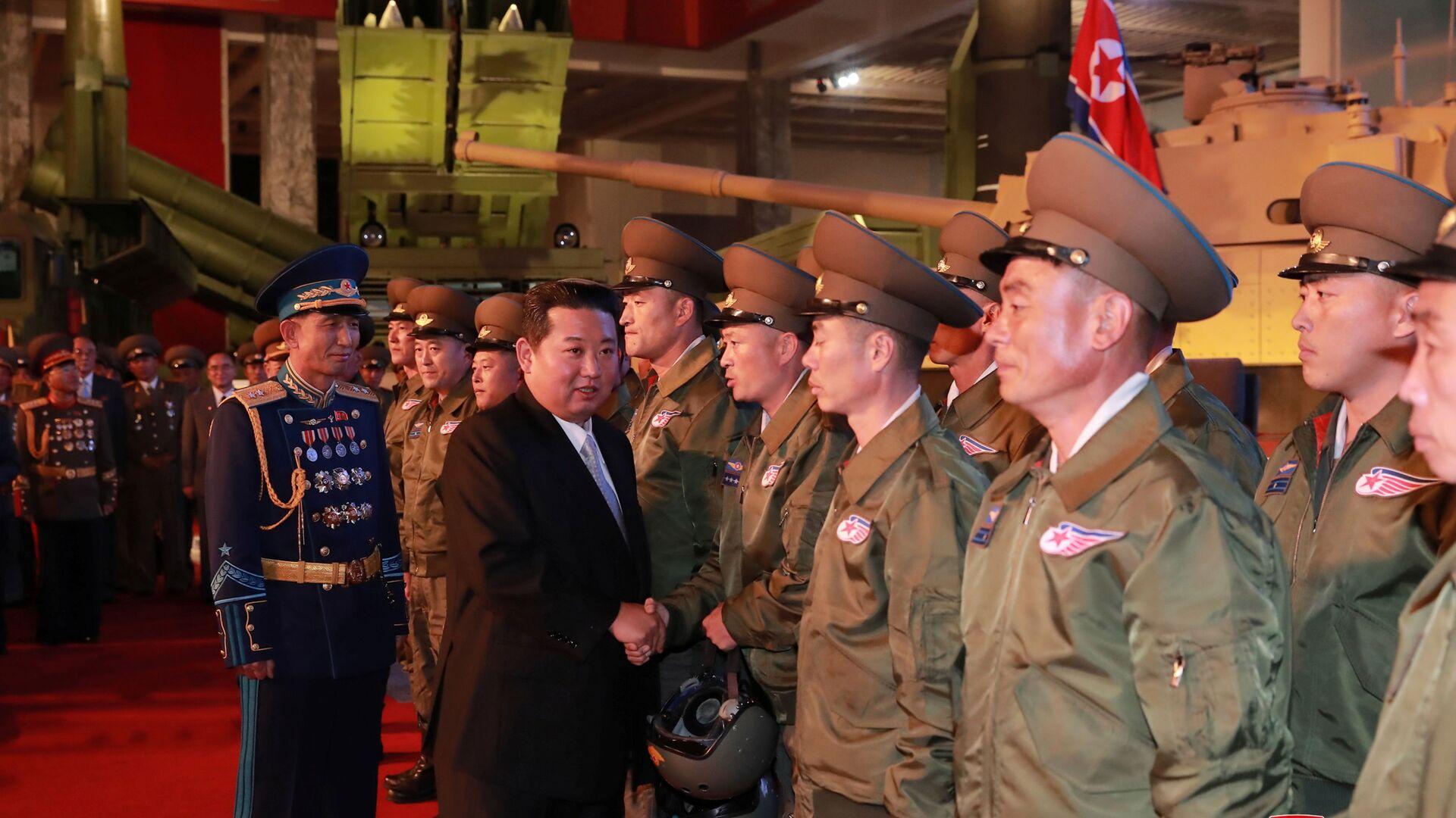 Vůdce KLDR Kim Čong-un na výstavě obranného průmyslu v Pchjongčchangu  - Sputnik Česká republika, 1920, 13.10.2021
