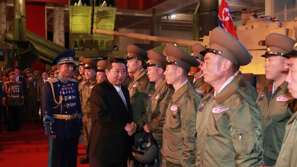 Vůdce KLDR Kim Čong-un na výstavě obranného průmyslu v Pchjongčchangu  - Sputnik Česká republika