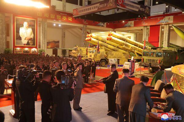 Severokorejský vůdce Kim Čong-un na výstavě předává ocenění příslušníkům vojenské služby. - Sputnik Česká republika