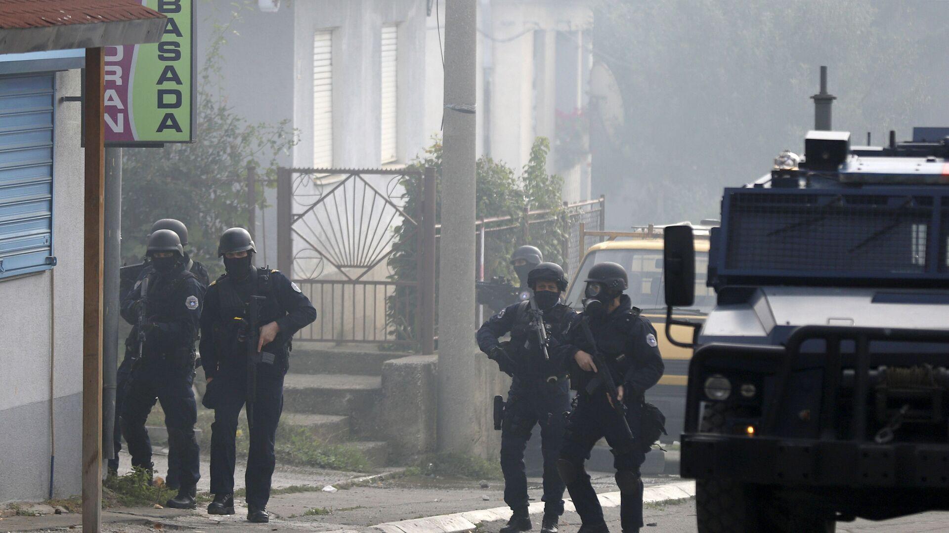 Kosovská policie střeží ulici v severní části Mitrovice - Sputnik Česká republika, 1920, 13.10.2021