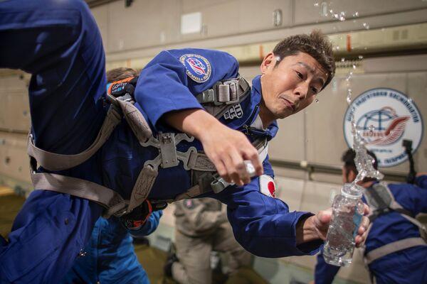 Podnikatel Júsaku Maezawa během treninku na kosmický let.  - Sputnik Česká republika